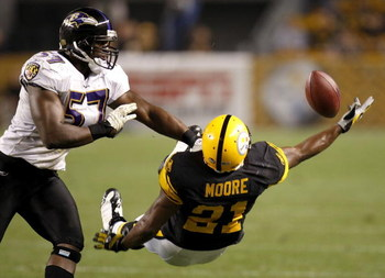 PITTSBURGH - SEPTEMBER 29:  Mewelde Moore #21 of the Pittsburgh Steelers tries to pull in a fourth quarter pass next to Bart Scott #57 of the Baltimore Ravens on September 29, 2008 at Heinz Field in Pittsburgh, Pennsylvania. Pittsburgh won the game 23-20.