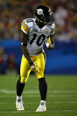 TAMPA, FL - FEBRUARY 01:  Wide receiver Santonio Holmes #10 of the Pittsburgh Steelers looks down the line against the Arizona Cardinals during Super Bowl XLIII on February 1, 2009 at Raymond James Stadium in Tampa, Florida.  (Photo by Jamie Squire/Getty
