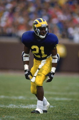 1991:  Desmond Howard #21 of the Michigan Wolverines readies for the play against Ohio State circa 1991 in Ann Arbor, Michigan.  Wolverines won 31 -3. (Photo by Chris Covatta/Getty Images)