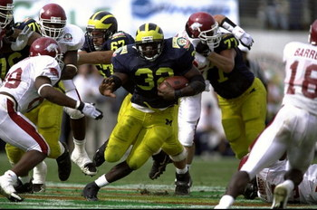 1 Jan 1999: Anthony Thomas #32 of the Michigan Wolverines carries the ball during the Citrus Bowl against the Arkansas Razorbacks at the Florida Citrus Bowl in Orlando, Florida. Michigan defeated Arkansas 45-31. Mandatory Credit: Andy Lyons  /Allsport