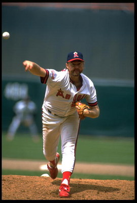 1989:  CALIFORNIA ANGELS PITCHER BERT BLYLEVEN RELEASES A PITCH DURING THE ANGELS GAME AT ANAHEIM STADIUM IN ANAHEIM, CALIFORNIA.  MANDATORY CREDIT:  TIM DEFRISCO/ALLSPORT