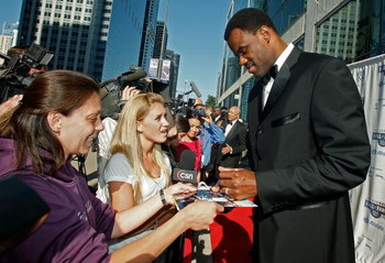 CHICAGO - JUNE 19:  Retired NBA basketball player David Robinson signs autographs as he arrives at the 2008 US Olympic Hall of Fame Induction Ceremony June 19, 2008, in Chicago, Illinois.  (Photo by Jerry Lai/Getty Images for USOC)