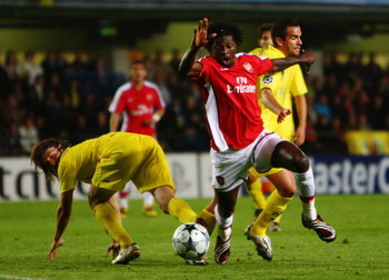 VILLARREAL, SPAIN - APRIL 07:  Emmanuel Adebayor of Arsenal has an attempt on goal during the UEFA Champions League quarter-final first leg match between Villarreal and Arsenal at the Madrigal Stadium on April 7, 2009 in Villarreal, Spain.  (Photo by Jami