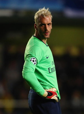 VILLARREAL, SPAIN - APRIL 07:  Goalkeeper Manuel Almunia of Arsenal looks on during the UEFA Champions League quarter-final first leg match between Villarreal and Arsenal at the Madrigal Stadium on April 7, 2009 in Villarreal, Spain.  (Photo by Jamie McDo