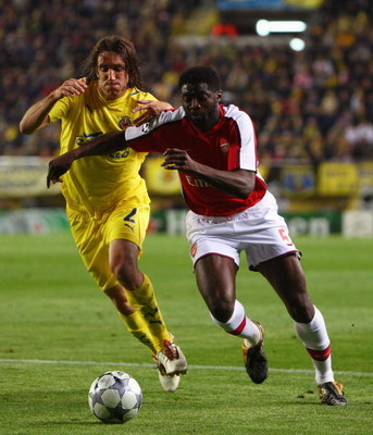 VILLARREAL, SPAIN - APRIL 07:  Gonzalo Rodriguez of Villarreal challenges Kolo Toure of Arsenal during the UEFA Champions League quarter-final first leg match between Villarreal and Arsenal at the Madrigal Stadium on April 7, 2009 in Villarreal, Spain.  (