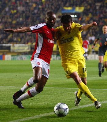 VILLARREAL, SPAIN - APRIL 07:  William Gallas of Arsenal challenges Joseba Llorente of Villarreal during the UEFA Champions League quarter-final first leg match between Villarreal and Arsenal at the Madrigal Stadium on April 7, 2009 in Villarreal, Spain.