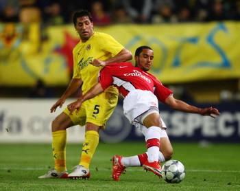 VILLARREAL, SPAIN - APRIL 07: Joan Capdevila of Villarreal challenges Theo Walcott of Arsenal during the UEFA Champions League quarter-final first leg match between Villarreal and Arsenal at the Madrigal Stadium on April 7, 2009 in Villarreal, Spain.  (Ph