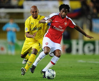 VILLARREAL, SPAIN - APRIL 07:  Marcos Senna of Villarreal challenges Alexandre Song Billong of Arsenal during the UEFA Champions League quarter-final first leg match between Villarreal and Arsenal at the Madrigal Stadium on April 7, 2009 in Villarreal, Sp