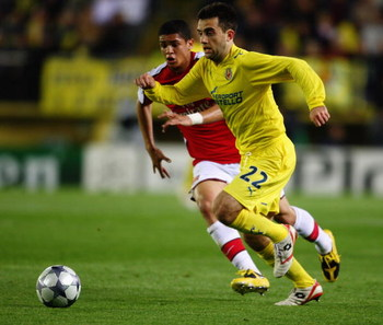 VILLARREAL, SPAIN - APRIL 07:  Denilson of Arsenal challenges Giuseppe Rossi of Villarreal during the UEFA Champions League quarter-final first leg match between Villarreal and Arsenal at the Madrigal Stadium on April 7, 2009 in Villarreal, Spain.  (Photo