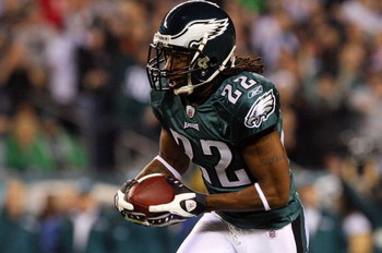 PHILADELPHIA - DECEMBER 15:  Asante Samuel #22 of the Philadelphia Eagles runs with the ball after an interception against the Cleveland Browns on December 15, 2008 at Lincoln Financial Field in Philadelphia, Pennsylvania. (Photo by Jim McIsaac/Getty Imag