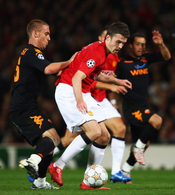 MANCHESTER, UNITED KINGDOM - OCTOBER 02:  Daniele De Rossi of AS Roma (L) challenges Michael Carrick of Manchester United during the UEFA Champions League Group F match between Manchester United and AS Roma at Old Trafford on October 2, 2007 in Manchester