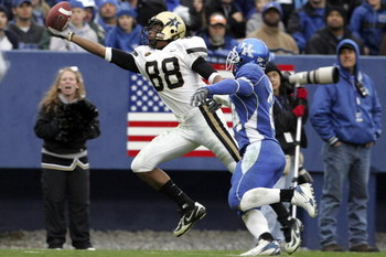 LEXINGTON, KY - NOVEMBER 11:  George Smith #88 of the Vanderbilt Commodores reaches for a pass while defended by Paul Warford #34 of the Kentucky Wildcats on November 11, 2006 at Commonwealth Stadium in Lexington, Kentucky.  (Photo by Andy Lyons/Getty Ima