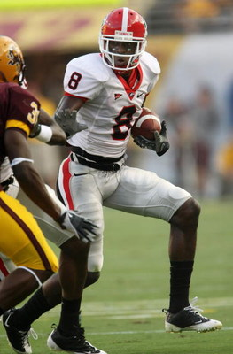 TEMPE, AZ - SEPTEMBER 20:  Wide receiver A.J. Green #8 of the Georgia Bulldogs carries the ball against the Arizona State Sun Devils on September 20, 2008 at Sun Devil Stadium in Tempe, Arizona.  (Photo by Stephen Dunn/Getty Images)