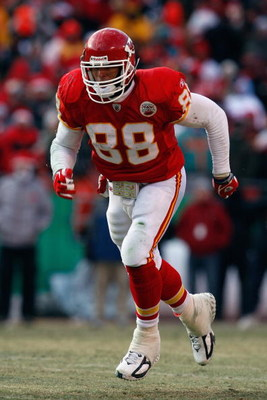 KANSAS CITY, MO - DECEMBER 21:  Tony Gonzalez #88 of the Kansas City Chiefs runs downfield during the game against the Miami Dolphins on December 21, 2008 at Arrowhead Stadium in Kansas City, Missouri. (Photo by Jamie Squire/Getty Images)