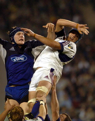 UNSPECIFIED - MAY 08:  Blues lock Ali Williams (L) and Simon Maling compete for lineout ball during the Gordon Hunter Memorial Trophy/ Super12 match won 5022 by the Blues over the Highlanders at Eden Park, Saturday may 08, 2004.  (Photo by Ross Land/Getty