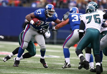 EAST RUTHERFORD, NJ - DECEMBER 07:  Brandon Jacobs #27 of the New York Giants runs against the Philadelphia Eagles on December 7, 2008 at Giants Stadium in East Rutherford, New Jersey.  (Photo by Al Bello/Getty Images)