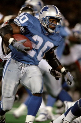 28 Sep 1998:  Running back Barry Sanders #20 of the Detroit Lions in action during the game against the Tampa Bay Buccaneers at the Pontiac Silverdome in Pontiac, Michigan. The Lions defeated the Buccaneers 27-6. Mandatory Credit: Tom Pidgeon  /Allsport
