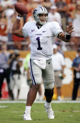 AUSTIN, TX - SEPTEMBER 29:  Quarterback Josh Freeman #1 of the Kansas State Wildcats throws against the Texas Longhorns in the first quarter on September 29, 2007 at Darrell K Royal-Texas Memorial Stadium in Austin, Texas.  (Photo by Brian Bahr/Getty Imag