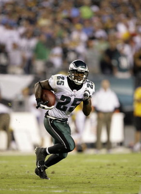 PHILADELPHIA - SEPTEMBER 21: Lorenzo Booker #25 of the Philadelphia Eagles rushes the ball up the field against the Pittsburgh Steelers during the second half on September 21, 2008 at Lincoln Financial Field in Philadelphia, Pennsylvania. The Eagles won 1