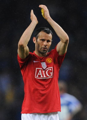 PORTO, PORTUGAL - APRIL 15:  Ryan Giggs of Manchester United salutes the fans after the UEFA Champions League Quarter Final second leg match between FC Porto and Manchester United at the Estadio do Dragao on April 15, 2009 in Porto, Portugal.  (Photo by S