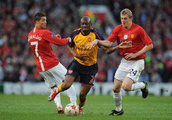 MANCHESTER, ENGLAND - APRIL 29:  Abou Diaby of Arsenal battles for the ball with Darren Fletcher of Manchester United during the UEFA Champions League Semi Final First Leg match between Manchester United and Arsenal at Old Trafford on April 29, 2009 in Ma