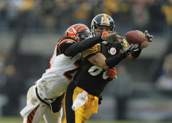 PITTSBURGH - DECEMBER 4:  Hines Ward #86 of the Pittsburgh Steelers makes a catch despite coverage by Deltha Taylor #24 of the Cincinnati Bengals December 4, 2005 at Heinz Field in Pittsburgh, Pennsylvania.  (Photo by Rick Stewart/Getty Images)