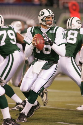 EAST RUTHERFORD, NJ - DECEMBER 26: Quarterback Vinny Testaverde #16 of the New York Jets looks to pass during the game against the New England Patriots on December 26, 2005 at Giants Stadium in East Rutherford, New Jersey.The Patriots defeated the Jets 31
