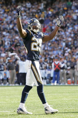 SAN DIEGO, CA - DECEMBER 10:  Drayton Florence #29 of the San Diego Chargers acknowledges the crowd during the game against the Denver Broncos on December 10, 2006 at Qualcomm Stadium in San Diego, California.  The Chargers defeated the Broncos 48-20.  (P
