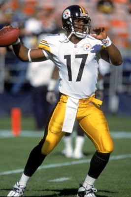 24 Dec 2000:  Quarterback Tee Martin #17 of the Pittsburgh Steelers passes the ball during the game against the San Diego Chargers at Qualcomm Stadium in San Diego, California. The Steelers defeated the Chargers 34-21.Mandatory Credit: Jeff Gross  /Allspo