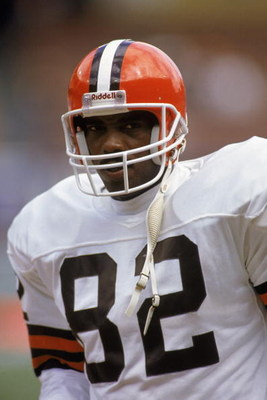 1990:  Tight end Ozzie Newsome #82 of the Cleveland Browns stands on the field during a 1990 NFL game against the New York Jets.  The Browns defeated the Jets 38-24. (Photo by Rick Stewart/Getty Images)