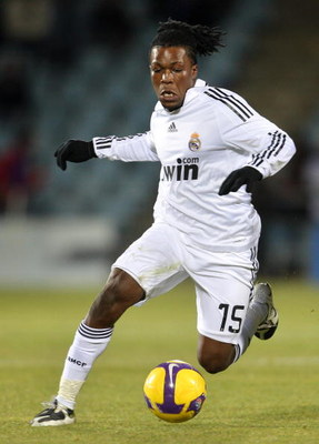 GETAFE, SPAIN - NOVEMBER 29:  Royston Drenthe of Real Madrid runs with the ball during the La Liga match between Getafe and Real Madrid at the Coliseum Alfonso Perez stadium on November 29, 2008 in Getafe, Spain. Real Madrid lost the match 3-1.  (Photo by