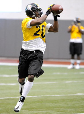 PITTSBURGH - MAY 01:  Keenan Lewis #20 of the Pittsburgh Steelers makes a catch during rookie training at the Pittsburgh Steelers Practice Facility on May 1, 2009 in Pittsburgh, Pennsylvania.  (Photo by Joe Sargent/Getty Images)