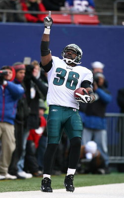 EAST RUTHERFORD, NJ - DECEMBER 07:  Brian Westbrook #36 of the Philadelphia Eagles celebrates scoring a touchdown against the New York Giants on December 7, 2008 at Giants Stadium in East Rutherford, New Jersey.  (Photo by Al Bello/Getty Images)