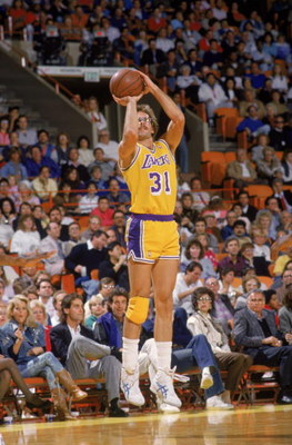 LOS ANGELES - 1988:  Kurt Rambis #31 of the Los Angeles Lakers shoots a jump shot during an NBA game at the Great Western Forum in Los Angeles, California in 1988. (Photo by Mike Powell/Getty Images)