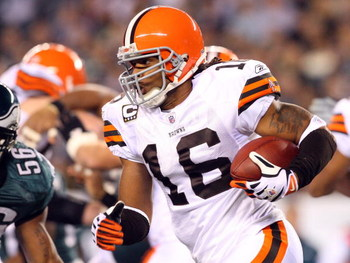 PHILADELPHIA - DECEMBER 15:  Joshua Cribbs #16 of the Cleveland Browns runs the ball against the Philadelphia Eagles on December 15, 2008 at Lincoln Financial Field in Philadelphia, Pennsylvania.  (Photo by Jim McIsaac/Getty Images)