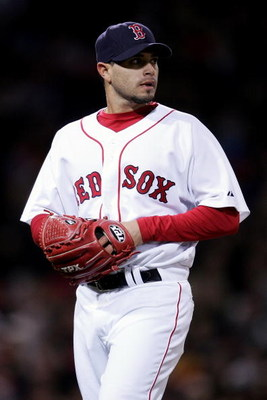 BOSTON - APRIL 11:  Joel Pineiro #36 of the Boston Red Sox looko on against the Seattle Mariners on April 11, 2007 at Fenway Park in Boston, Massachusetts.  (Photo by Elsa/Getty Images)