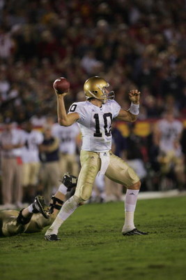 LOS ANGELES - NOVEMBER 25:  Quarterback Brady Quinn #10 of the Notre Dame Fighting Irish throws a pass against the USC Trojans at the Los Angeles Memorial Coliseum on November 25, 2006 in Los Angeles, California. USC won 44-24. (Photo by Stephen Dunn/Gett