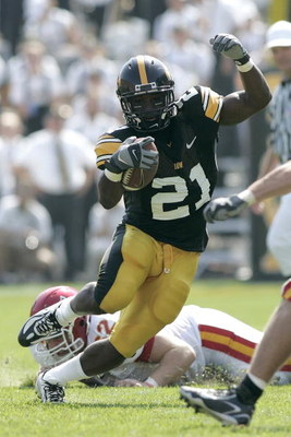 IOWA CITY, IA - SEPTEMBER 16: Running back Albert Young #21 of the Iowa Hawkeyes runs with the football against the Iowa State Cyclones at Kinnick Stadium on September 16, 2006 in Iowa City, Iowa. The Hawkeyes defeated Cyclones 27-17. (Photo by Scott Boeh