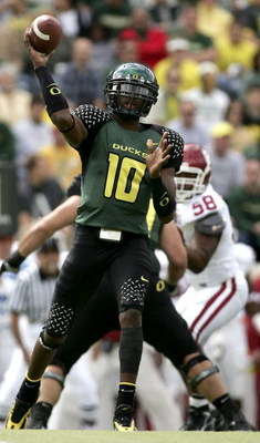 EUGENE, OR - SEPTEMBER 16:  Quarterback Dennis Dixon #10 of the Oregon Ducks throws the ball against the Oklahoma Sooners on September 16, 2006 at Autzen Stadium in Eugene, Oregon.  (Photo by Jonathan Ferrey/Getty Images)