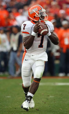 PASADENA, CA - JANUARY 01:  Quarterback Juice Williams #7 of the Illinois Fighting Illini looks for an open receiver in the first half against against the USC Trojans during the Rose Bowl presented by Citi at the Rose Bowl on January 1, 2008 in Pasadena,