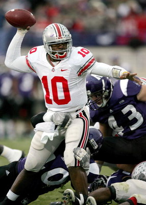 EVANSTON, IL - NOVEMBER 11:  Troy Smith #10 of the Ohio State Buckeyes looks to pass while in the grasp of Eddie Simpson #40 of the Northwestern Wildcats on November 11, 2006 at Ryan Field in Evanston, Illinois.  (Photo by Jonathan Daniel/Getty Images)