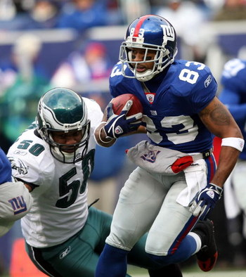 EAST RUTHERFORD, NJ - DECEMBER 07: Sinorice Moss #83 of the New York Giants returns a kickoff against the Philadelphia Eagles at Giants Stadium on December 7, 2008 in East Rutherford, New Jersey.  (Photo by Nick Laham/Getty Images)