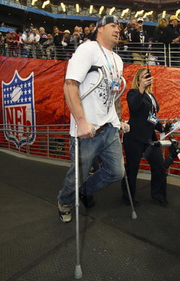 GLENDALE, AZ - FEBRUARY 03:  An injured Jeremy Shockey of the New York Giants walks out to the field on crutches before Super Bowl XLII against the New England Patriots on February 3, 2008 at the University of Phoenix Stadium in Glendale, Arizona.  (Photo