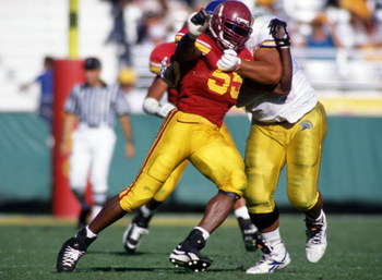 9 Sep 1995: USC DEFENSIVE END BATTLES WITH AN UNIDENTIFIED SAN JOSE ST. OFFENDER DURING THE TROJANS 45-7 WIN AT THE MEMORIAL COLISEUM IN LOS ANGELES, CALIFORNIA.