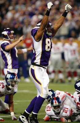 MINNEAPOLIS - DECEMBER 28:   Visanthe Shiancoe #81 of the Minnesota Vikings celebrates Ryan Longwell's game winning field goal against the New York Giants on December 28,2008 at the Hubert H. Humphrey Metrodome in Minneapolis, Minnesota. The Vikings defea
