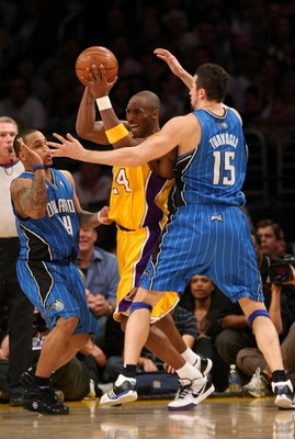 LOS ANGELES - JANUARY 16:  Kobe Bryant #24 of the Los Angeles Lakers looks to make a play to the basket against Jameer Nelson #14 and Hedo Turkoglu #15 of the Orlando Magic during their NBA game on January 16, 2009 at Staples Center in Los Angeles, Califo