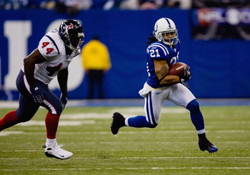INDIANAPOLIS, IN - DECEMBER 23: Bob Sanders #21 of the Indianapolis Colts runs with the ball against the Houston Texans on December 23, 2007 at the RCA Dome in Indianapolis, Indiana.  The Colts beat the Texans 38-15.  (Photo by Dilip Vishwanat/Getty Image