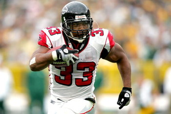 GREEN BAY, WI - OCTOBER 05:  Michael Turner #33 of the Atlanta Falcons carries the ball against the Green Bay Packers at Lambeu Field October 5, 2008 in Green Bay, Wisconsin.  (Photo by Matthew Stockman/Getty Images)