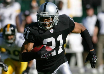 OAKLAND, CA - OCTOBER 29:  Nnamdi Asomugha #21 of the Oakland Raiders runs with the ball on an interception for a touchdown against the Pittsburgh Steelers on October 29, 2006 at McAfee Coliseum in Oakland, California.  (Photo by Robert Laberge/Getty Imag