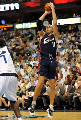DALLAS - NOVEMBER 03:  Center Zydrunas Ilgauskas #11 of the Cleveland Cavaliers takes a shot against DeSagana Diop #7 of the Dallas Mavericks on November 3, 2008 at American Airlines Center in Dallas, Texas.  NOTE TO USER: User expressly acknowledges and